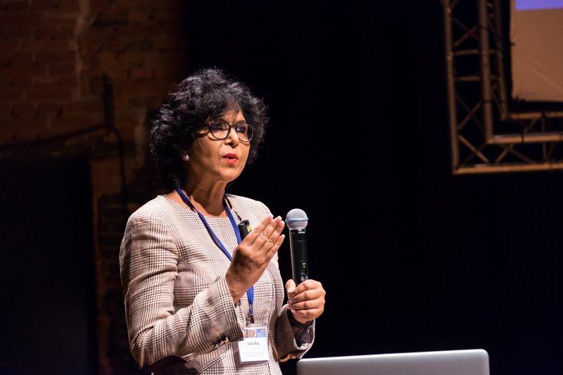 Spreekster tijdens congres